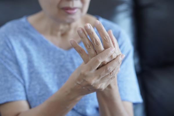 mâinile în articulații doare