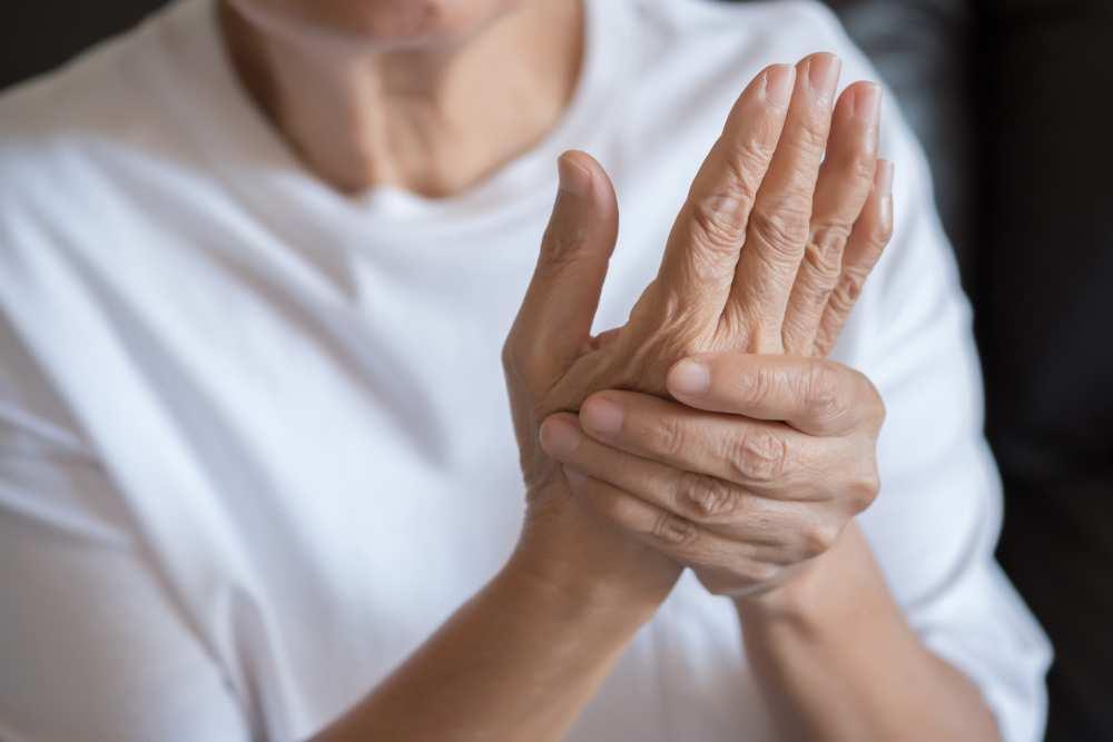 articulațiile mâinii unei persoane decât să trateze