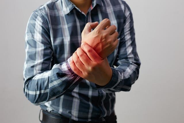 durere ascuțită în articulațiile mâinii durere în psihozomatica articulației șoldului